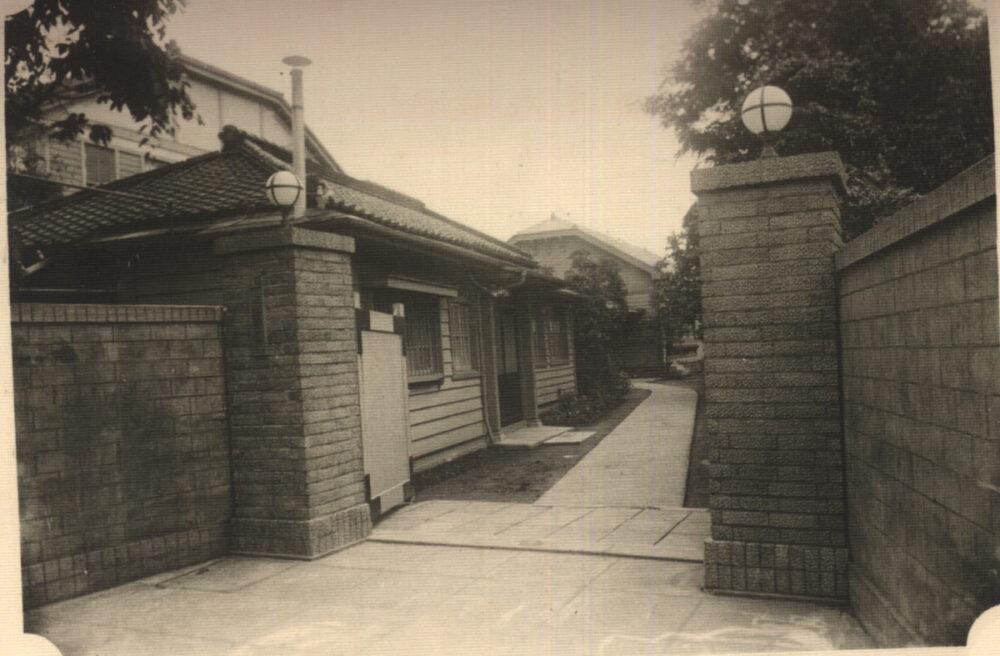 通町時代の学舎通用門 →カラー