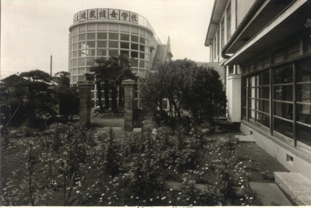 緑町 円形校舎と庭園 →カラー
